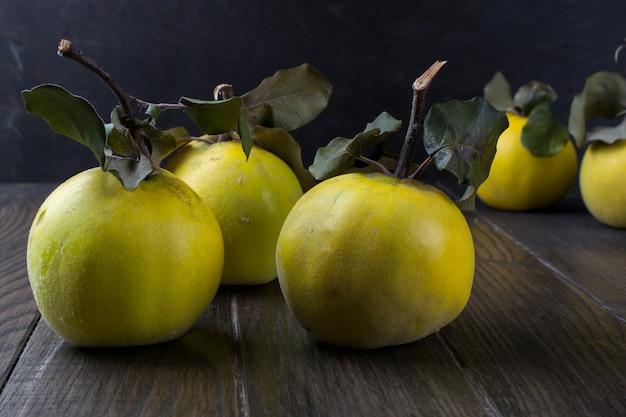 Kweepeer op donkere houten tafel. herfst fruit.