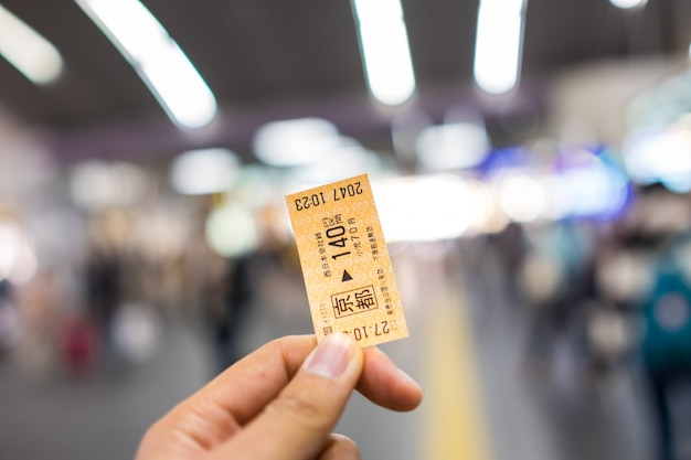 Kyoto, japan - november 1: japanse spoorwegkaartje op onbepaalde manhand kyoto, japan op 1 november 2015.
