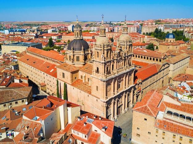 La clerecia of clerge-gebouw en casa de las conchas in de stad salamanca, castilië en leon in spanje
