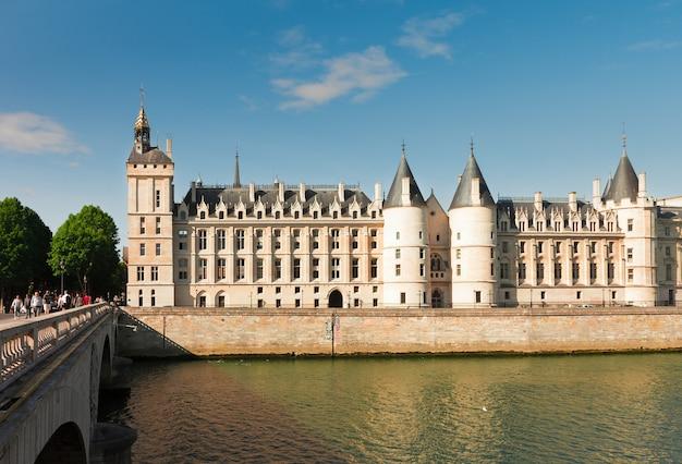 La conciergerie - ex koninklijk paleis en gevangenis over de rivier de seine op zomerdag, parijs, frankrijk
