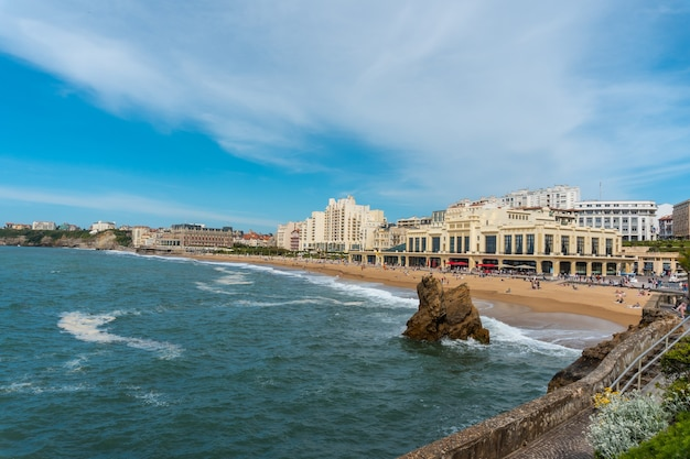La grande plage en zijn beroemde promenade in biarritz, vakantie in het zuidoosten van frankrijk