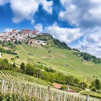 La morra. traditioneel dorp in de buurt van barolo en alba, in de regio piemonte, italië.