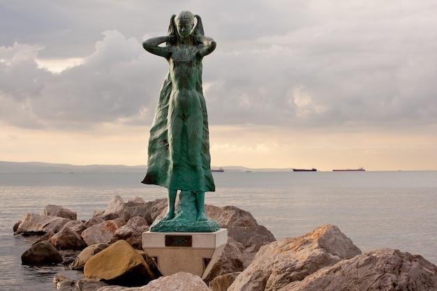 La mula de trieste standbeeld op de zee