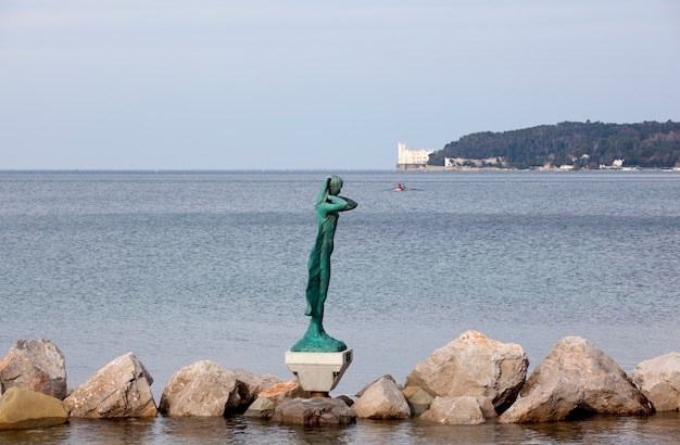 La mula de trieste - standbeeld op de zee