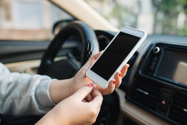 Laad de batterijtelefoon op in de auto.