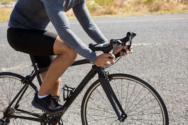 Laag gedeelte van atleet fietsen