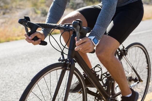 Laag gedeelte van de fiets van de mannelijke atleet