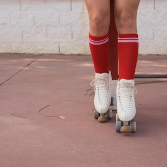 Laag gedeelte van een vrouwelijke skater