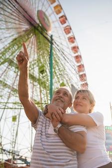 Laag hoek gelukkig paar dat omhoog kijkt
