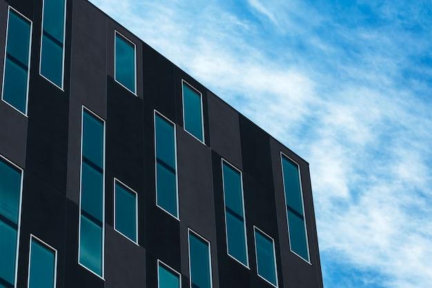 Laag hoek interessant gebouwontwerp