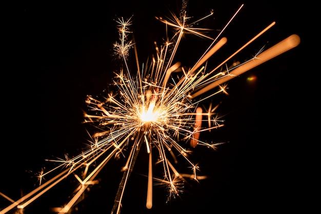 Laag hoek nieuwjaarsverjaardag met vuurwerk
