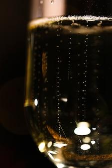 Laag hoekglas met bijna volle champagne