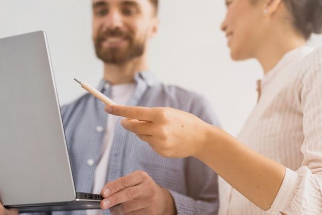 Laag hoekmedewerkersgroepswerk op kantoor