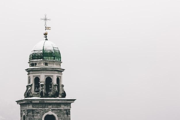 Laag hoekschot van de kerk van abbondio, vastgelegd in de winter in gentilino, zwitserland