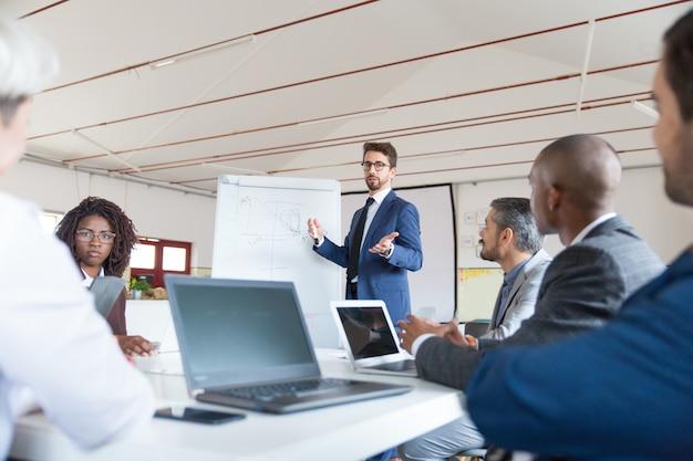 Laag hoekschot van spreker die en collega's spreekt bekijkt