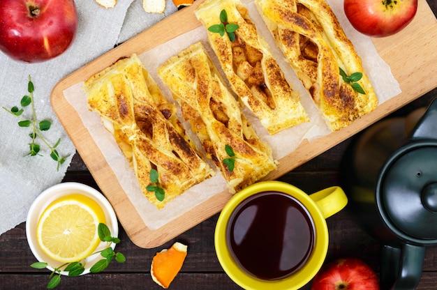 Laag taart met appels en kaneel op een snijplank