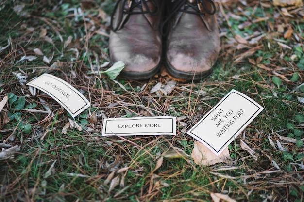 Laarzen dichtbij inspirerend geschrift