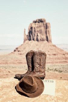 Laarzen en hoed bij het beroemde monument valley, vs.