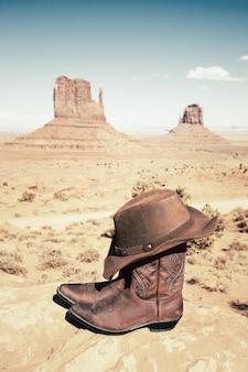 Laarzen en hoed bij monument valley, verticale weergave, vs.