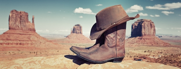 Laarzen en hoed voor monument valley, vs, panoramisch uitzicht
