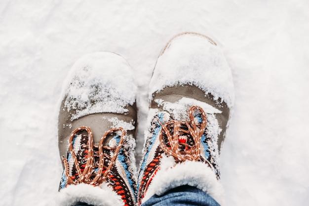 Laarzen in de sneeuw. winterwandelen