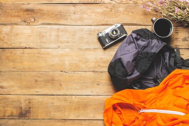 Laarzen voor trail, verrekijker, trekking accessoires op een houten achtergrond. concept van wandelen, toerisme, kamp, bergen, bos.