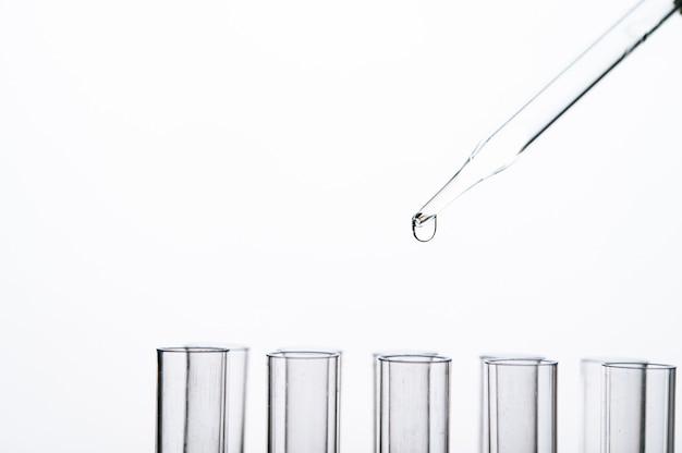Laat de chemische stof in het bekerglas vallen