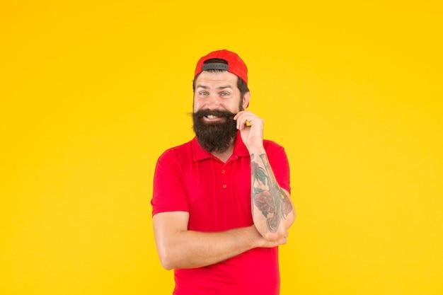 Laat een snor groeien waar je trots op bent. gelukkig hipster twirl snor. brutale man draagt een lange baard en snor. bebaarde man met stijlvol snorhaar. kapperszaak. kappers. zorg er goed voor.