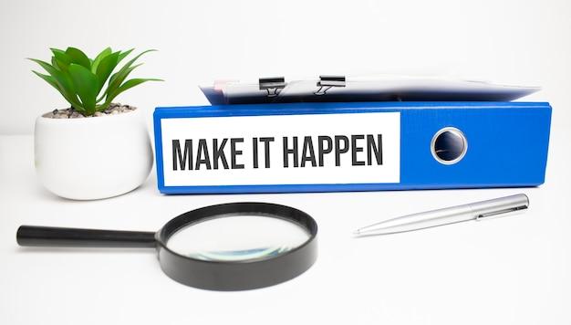 Laat het gebeuren woorden op etiketten met documentbinders