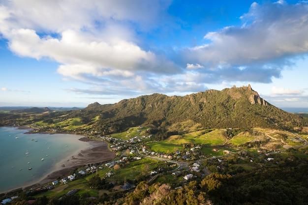 Laat in de middag licht op mount manaia de gemeenschap van mcleod bay van mt aubrey, whangarei, nieuw-zeeland