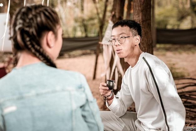 Laat me denken. attente brunette thee drinken en kijken naar zijn vriendin