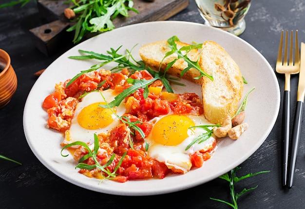 Laat ontbijt - gebakken eieren met groenten. shakshuka. arabische keuken. kosher eten.