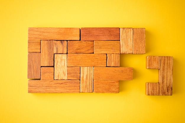 Laatste houten steen is klaar om de constructie te voltooien