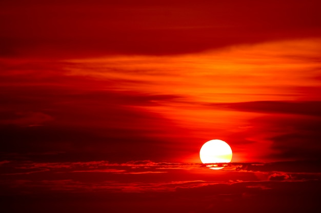 Laatste licht van zonsondergang op hemelwolkstraal rond zon