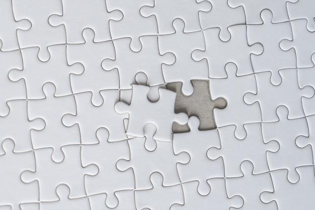 Laatste stuk van de witte puzzel is bijna op zijn plaats voor zakelijke oplossing concept