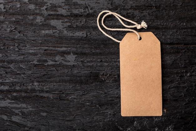 Label label op zwarte houten achtergrond