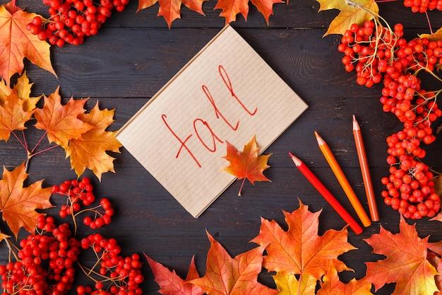 Label met de woorden vallen en een kleurrijk herfstblad op de achtergrond