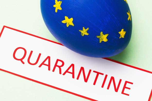 Label met tekst en kippenei geschilderd in de kleur van de vlag van de europese unie het concept van quarantaine in europa in verband met de pandemie