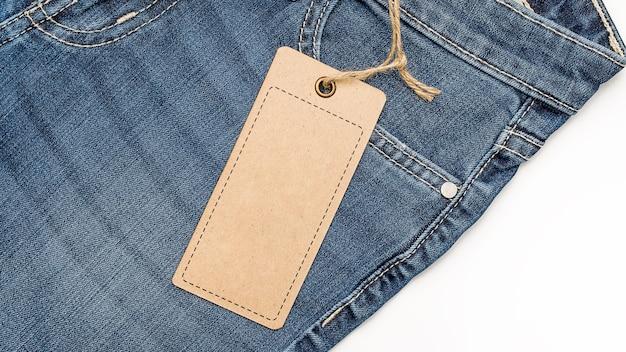 Label prijskaartje mockup op spijkerbroek van gerecycled papier. Premium Foto