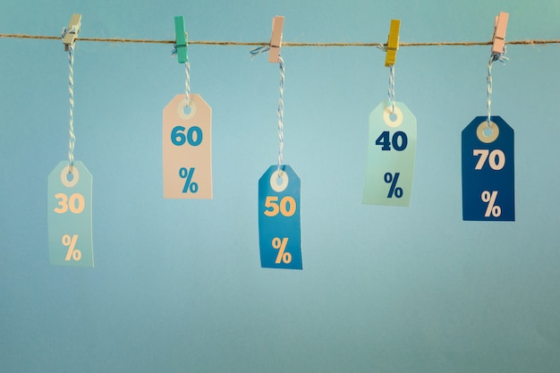Labels hangen aan een touw bevestigd met wasknijpers.