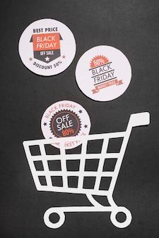 Labels met black friday-aanbiedingen en papieren winkelwagentje