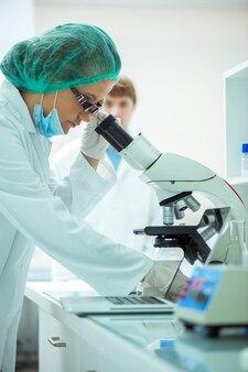 Labexperts werken aan microscopie