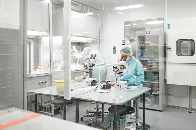 Laboratorium voor de productie van biomaterialen. mensen doen onderzoek.