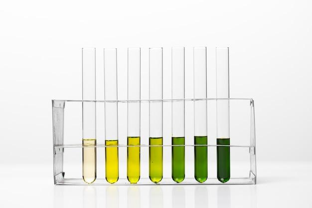 Laboratoriumapparatuur, glaswerkset gevuld met verschillende gekleurde vloeistoffen en gels