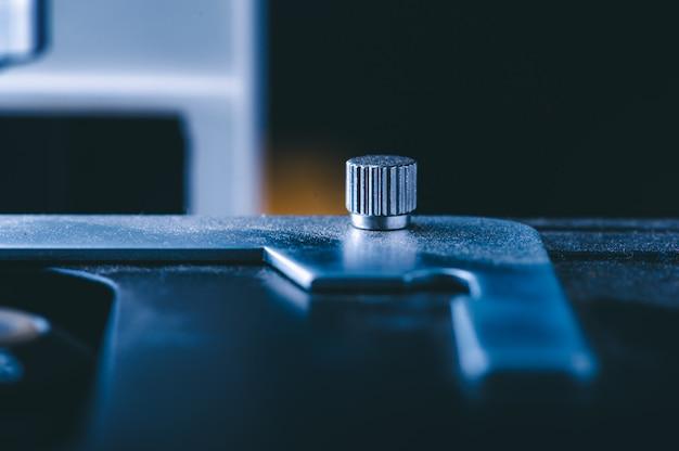 Laboratoriumapparatuur optische microscoop, close-up van wetenschappelijke microscoop met metalen lens, data-analyse in het laboratorium