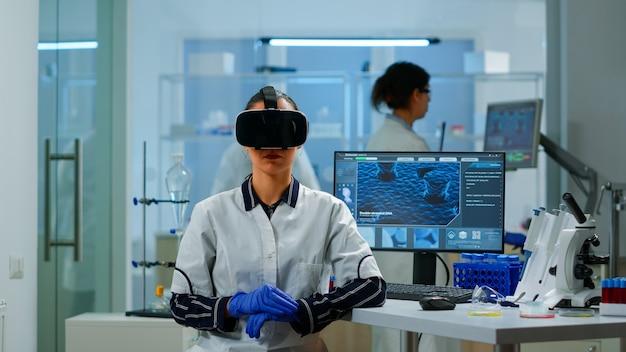 Laboratoriumarts die virtual reality ervaart met behulp van een vr-bril in medisch onderzoekslaboratorium. therapeut met behulp van medische innovatie apparatuur apparaat bril, toekomst, geneeskunde, arts, visie, simulator.