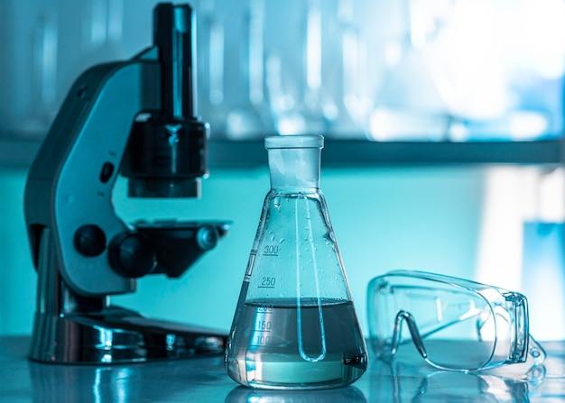 Laboratoriumglaswerk en microscoopopstelling
