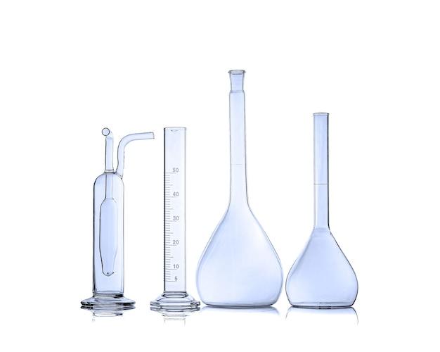 Laboratoriumglaswerk over witte achtergrond. wetenschappelijke apparatuur. kolven voor wetenschappelijk experiment in laboratorium