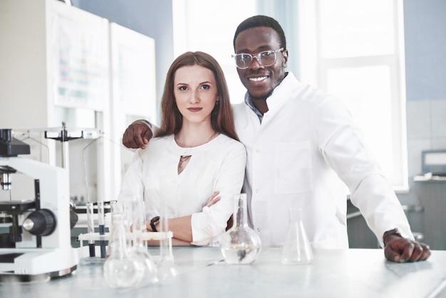 Laboratoriumlaboratoria voeren experimenten uit in het chemisch laboratorium