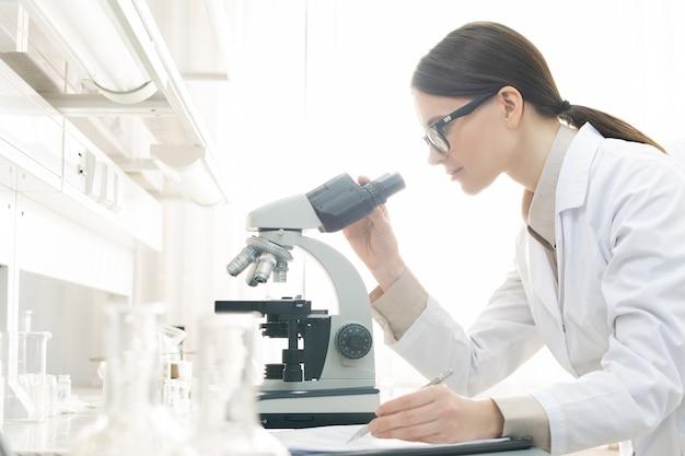 Laboratoriummedewerker die specimen onderzoekt